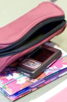 Alphense van school gestuurd: 'Ze keek te veel op mobieltje'