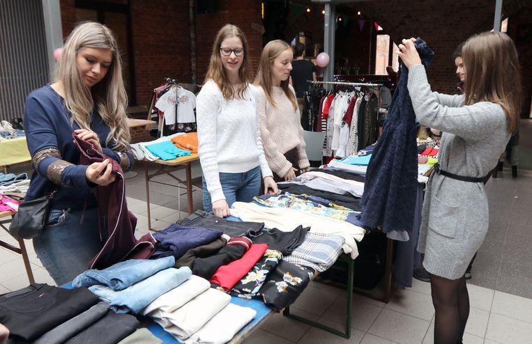 Jongeren mochten de inhoud van hun kleerkast komen verkopen in de Wollewei.