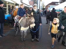 Op de rug van ezeltje Camino over de kerstmarkt in Hulst