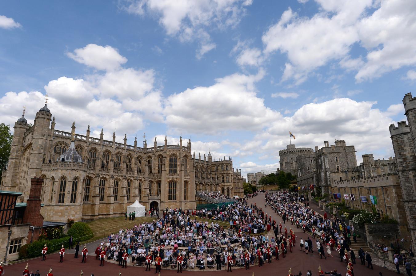 Er is altijd veel publiek die de merkwaardige stoet aan royals wil bekijken.