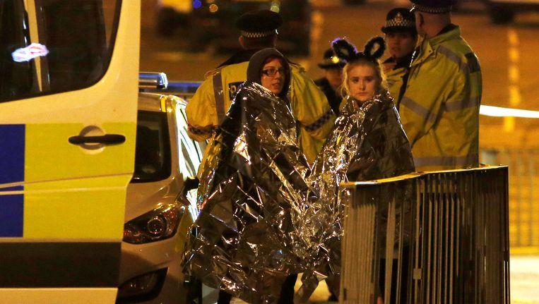 Bezoekers van het concert van Ariana Grande staan na de aanslag buiten het stadion. Beeld reuters