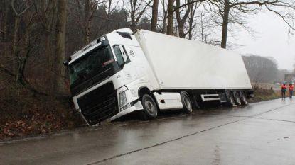 Vrachtwagen sukkelt gracht in
