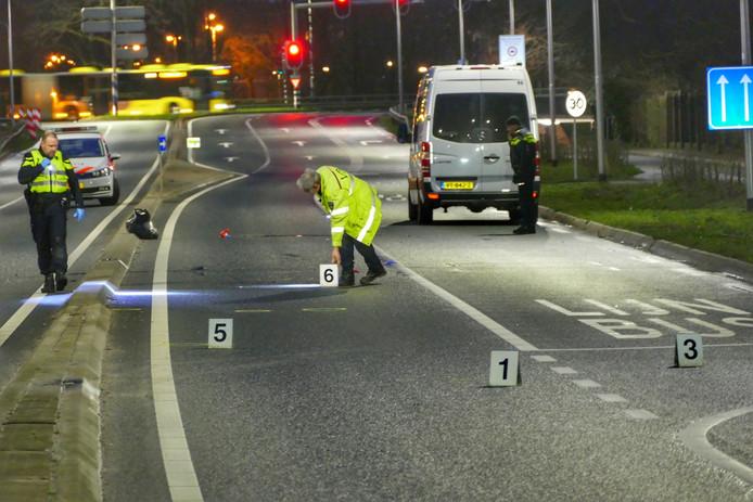 De politie doet onderzoek na een dodelijk ongeval op de Biltsestraatweg in Utrecht.