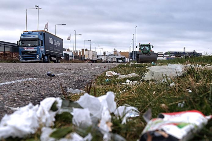 Achtergebleven rotzooi van de overnachtende vrachtwagenchauffeurs op Noordland foto Chris van Klinken