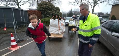 Luuk (13) heeft vijftig euro verdiend door vuurwerkafval op te ruimen