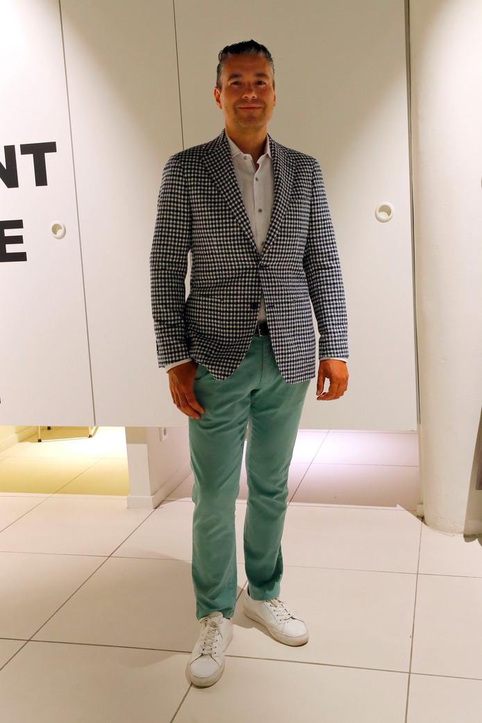 Dave van modezaak Wildenberg/Ynformal in een zomerse zakelijk outfit.