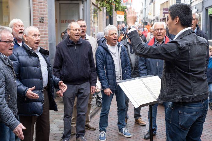 The Gaggling Ganders Gang zingt op de hoek van de Lange Kerkstraat en de Klokstraat in Goes.