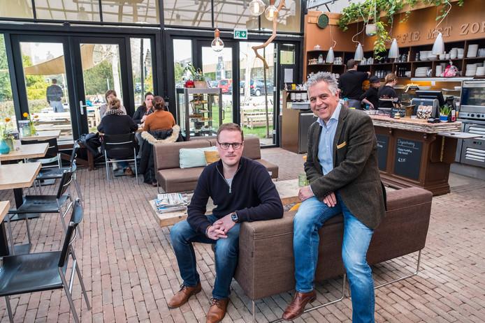 Coffyn koffiehuis en branderij op het terrein van Intratuin in Malden heeft dit jaar zwarte cijfers geschreven. Maarten Calen (links) en Eric Tonn zijn hartstikke trots.