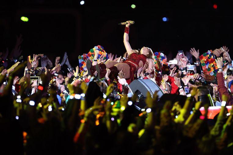 Shakira duikt het publiek in tijdens haar optreden.