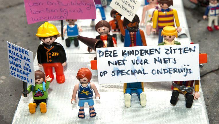 Honderden gehandicapte legopoppetjes demonstreren op het Binnenhof in Den Haag. Met tekstborden protesteren zij tegen de voorgenomen bezuinigingen in het onderwijs. Beeld anp