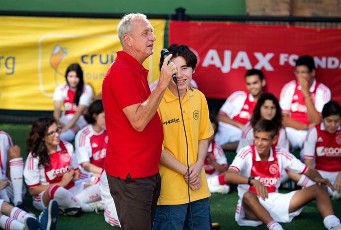 September 2013: Johan Cruijff spreekt tijdens een clinic van zijn foundation voor kinderen met een verstandelijke beperking.