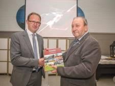 Eerste exemplaar boerderijenboek van Rinus Sinke is voor 'buurjongen' Bert-Jan Ruissen uit het Europarlement