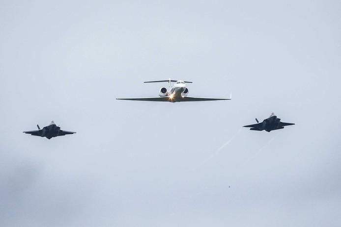 De twee JSF's naderden Leeuwarden in het gezelschap van de Gulfstream met minister Hennis.