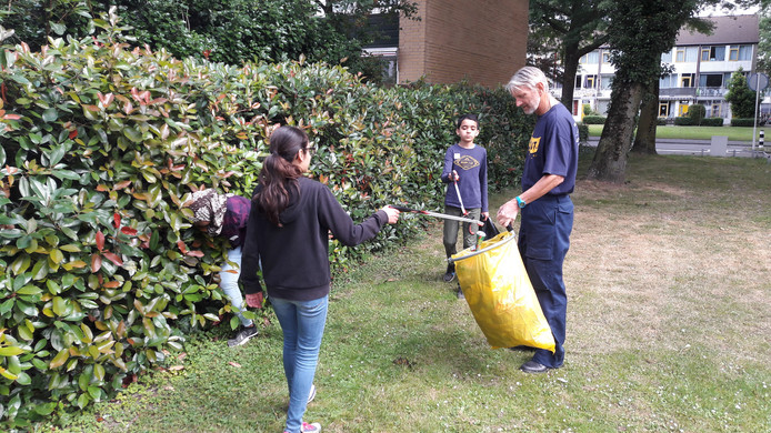 Na 20 minuten zit de vuilniszak vol. Hans Drijvers, vrijwilliger van de werkgroep zwerfafval, kan de zak gaan vervangen.