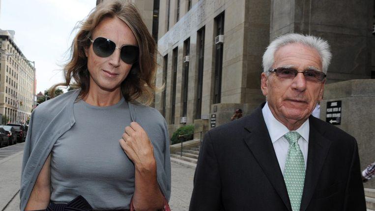 Heleen Mees verlaat met haar advocaat de rechtbank in New York. Beeld epa
