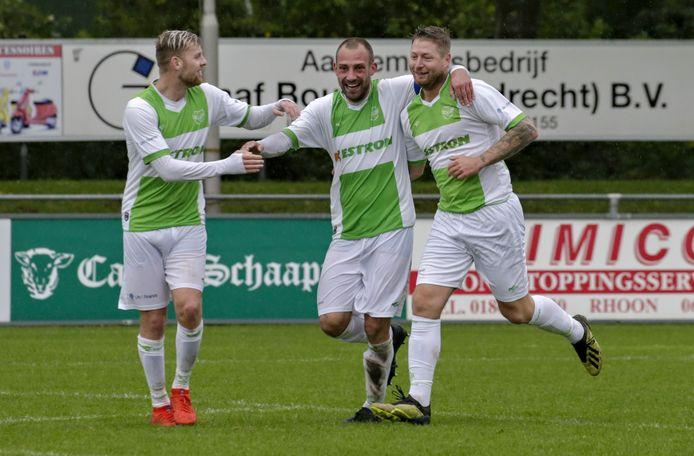 Michael van Dommelen (r) na een doelpunt als middelpunt van een Spijkenisser feestje.