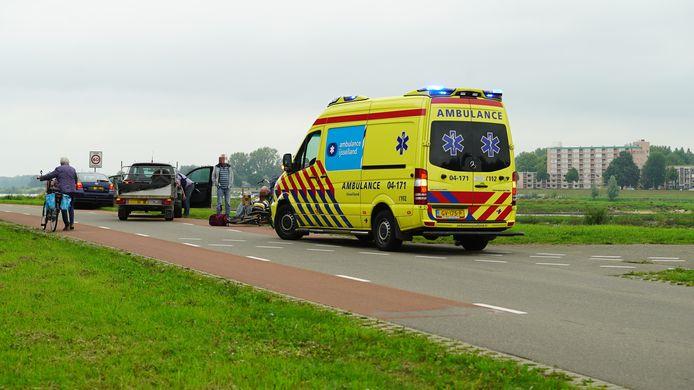 Een overstekende fietser werd aangereden door een auto toen hij de weg over wilde steken. © News United/ Rens Hulman