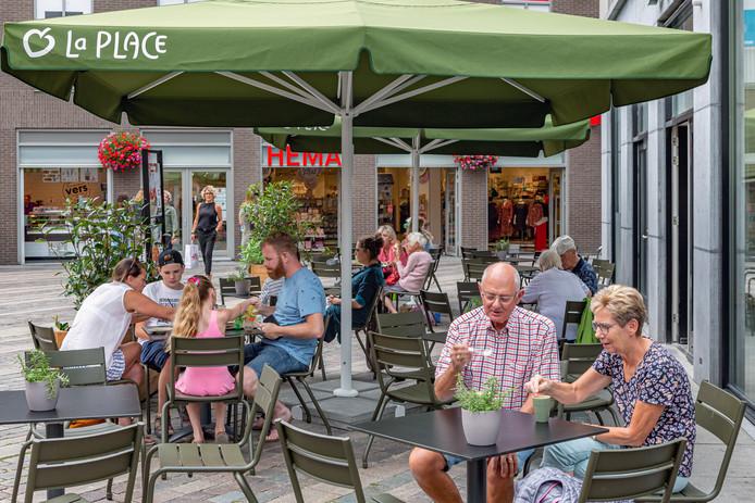Terras van de onlangs geopende vestiging van La Place op het St. Josephplein in Bergen op Zoom. In de afgelopen jaren hebben verschillende winkels een nieuwe bestemming als horeca gekregen.