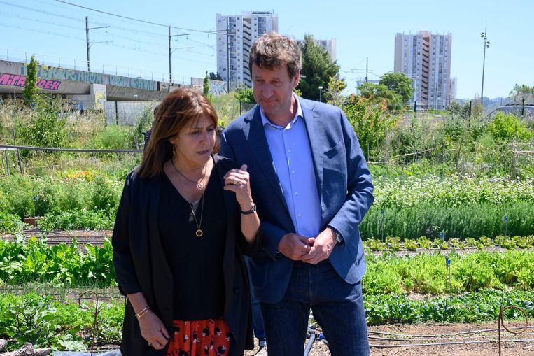 Michele Rubirola (L), kandidaat voor EELV in Marseille leidt partijleider Yannick Jadot rond in de stadstuin.  Beeld AFP