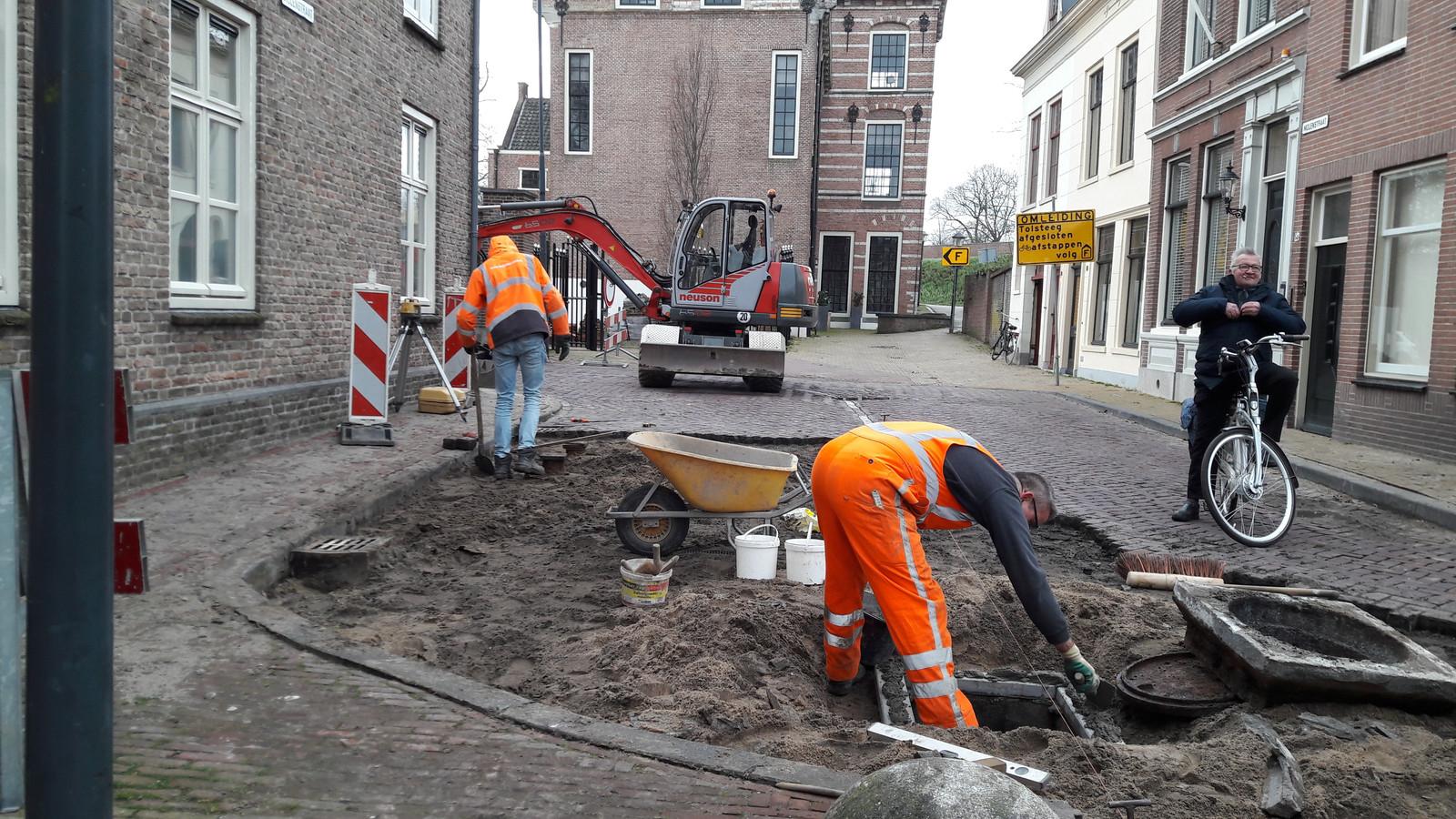 Op de splitsing Tolsteeg - Molenstraat wordt druk gewerkt.
