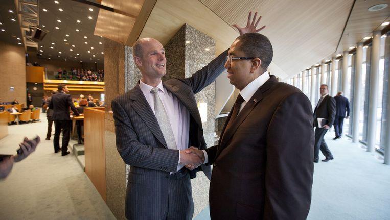 John Leerdam wordt begrot door VVD-fractievoorzitter Stef Blok na zijn beëdiging eind februari. Beeld ANP