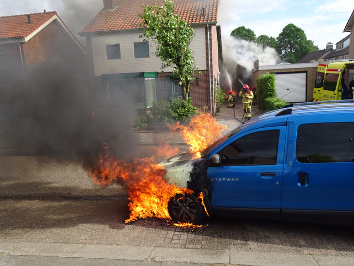 Auto in brand in Gemert.