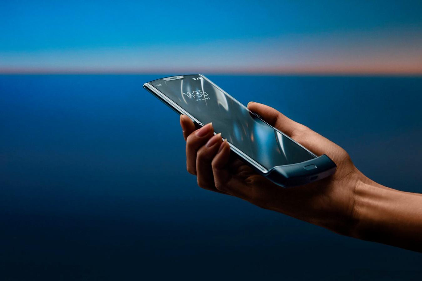 Le Razr 2019 possède une bordure en plastique placée en bas de l'écran qui, une fois le téléphone replié, rappellera le mdèle d'origine aux plus nostalgiques d'entre nous.