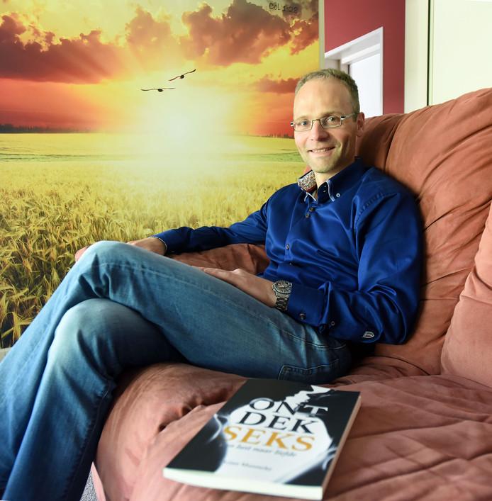 Huisarts Arjan Munneke met zijn boek 'Ontdek Seks'.