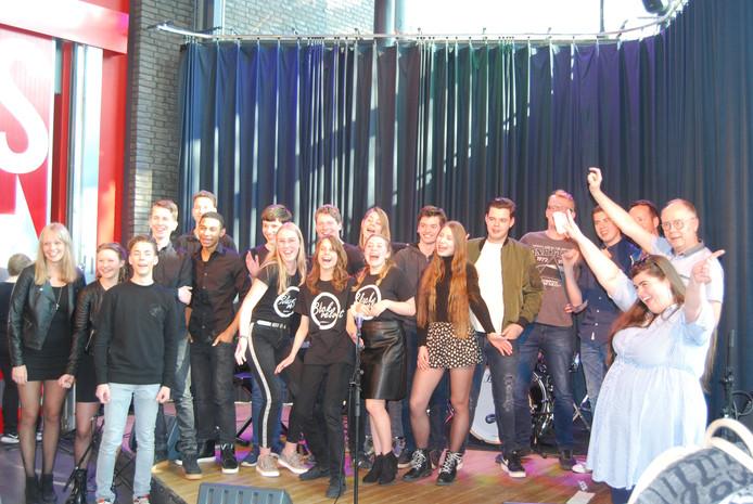 'Black Velvet' van het Cambreur college, '9 Volt Battery' van De Nieuwste School, 'Underaged' van het Beatrix college en drie juryleden.