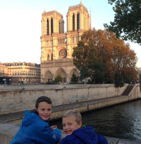 Ruben en Pieter Dethier poseren graag aan de Notre Dame, die ze erg indrukwekkend vinden.