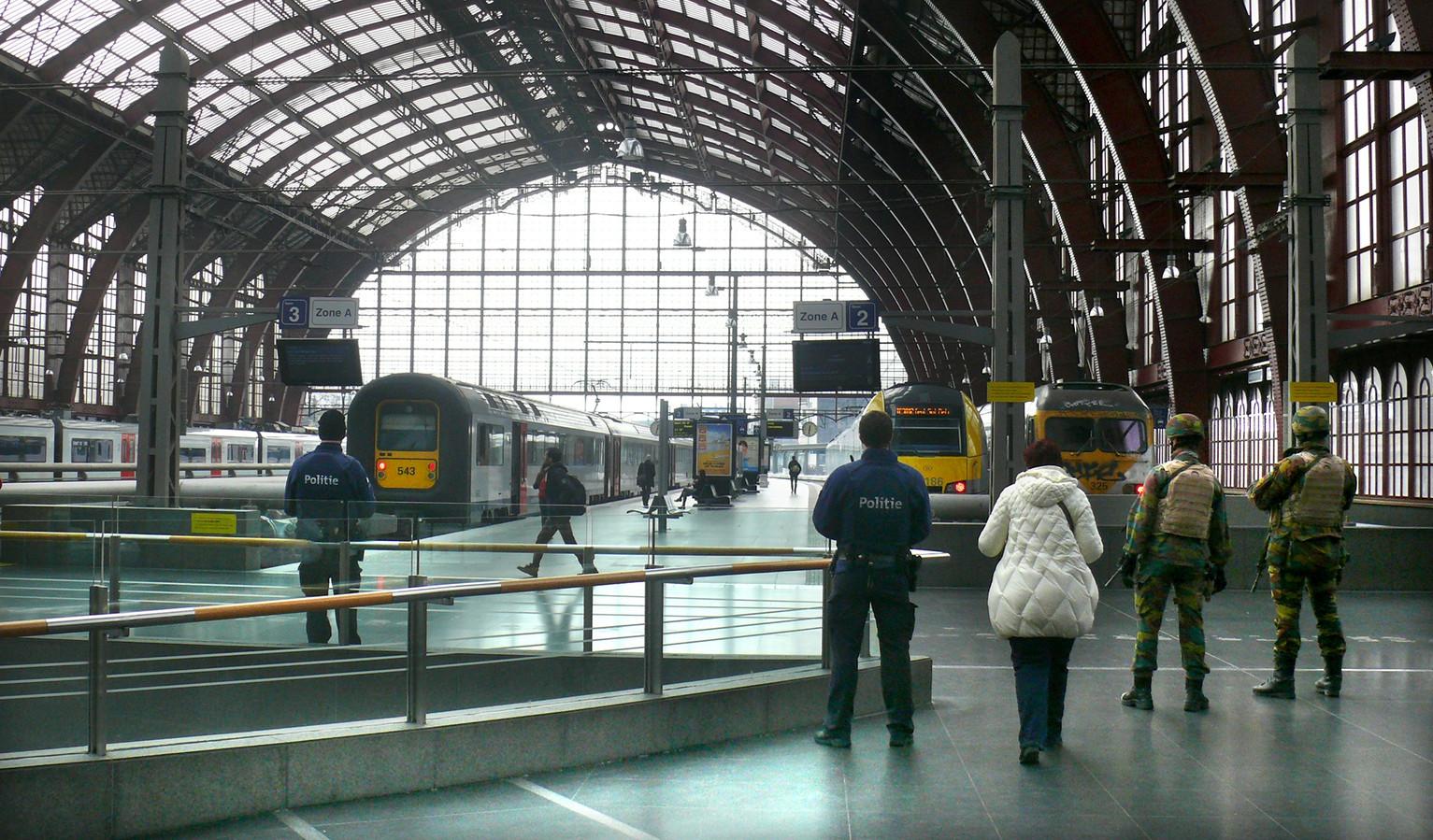 Veel militairen en politie op de perrons in Centraal Station Antwerpen