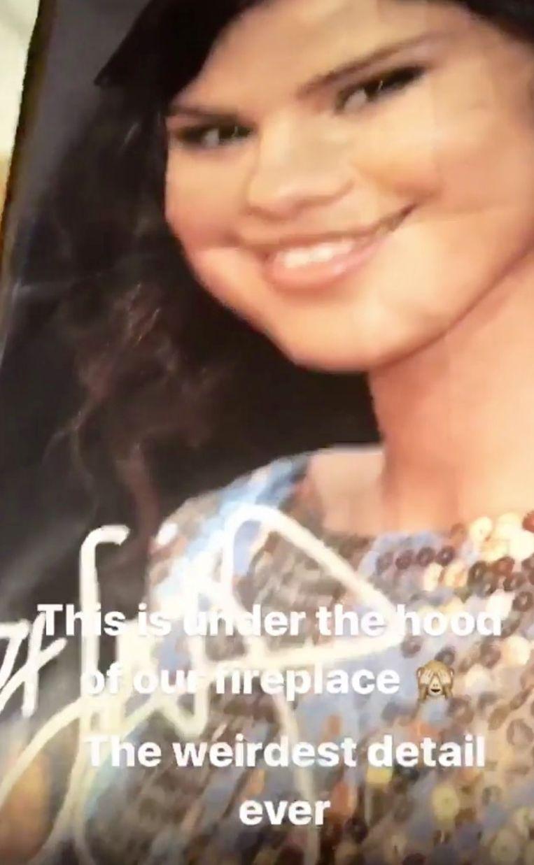Deze poster was opgehangen in de open haard van Mandy Moore.