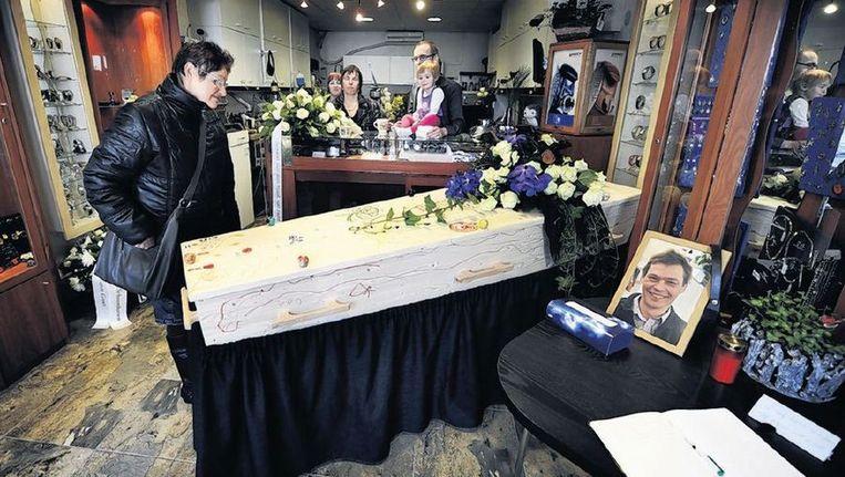 Een buurtbewoner neemt afscheid van juwelier Ruud Stratmann, die bij een roofoverval om het leven kwam. Beeld anp