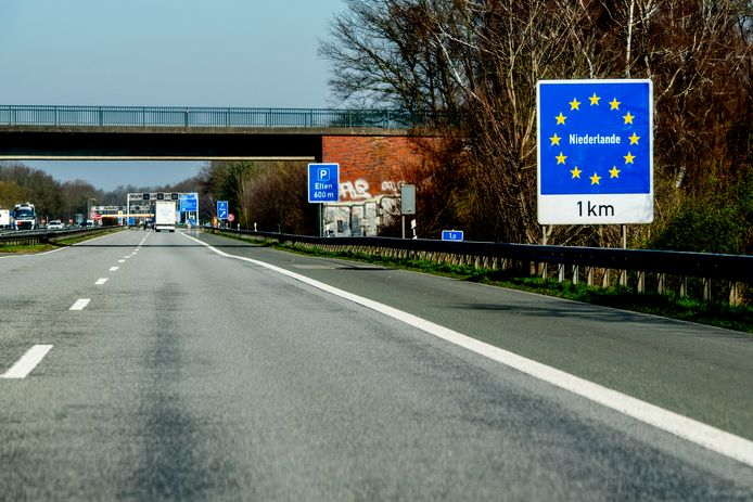 De snelweg aan de Duitse kant van de grens bij Elten