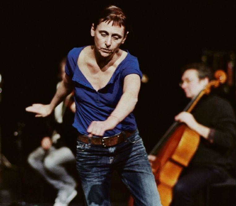 Choreogafe Anne Teresa De Keersmaeker zingt solo in '3Abschied': zo vals als een kraai, maar adembenemend integer. (FOTO HERMAN SORGELOOS) Beeld