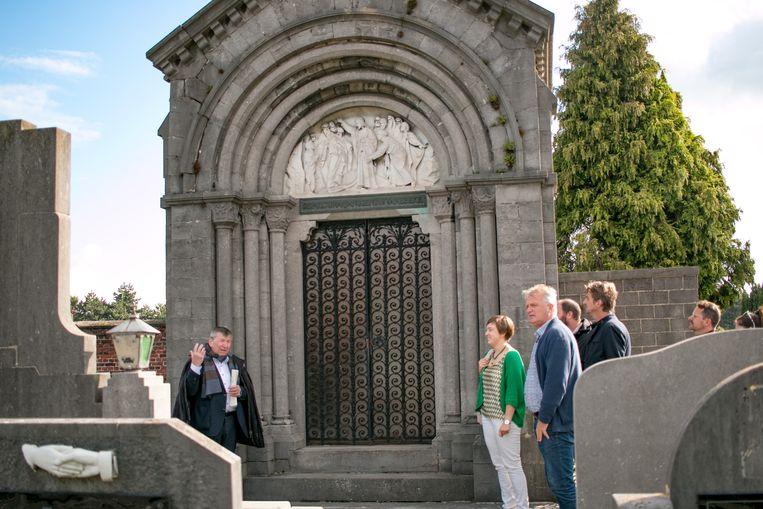 Burgemeester Luc De Ryck als gids bij de kapel met grafkelder van de familie Janssens de Varebeke, op het kerkhof van Temse.