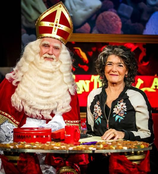 Stefan de Walle als Sinterklaas en presentatrice Dieuwertje Blok in de studio van Het Sinterklaasjournaal.
