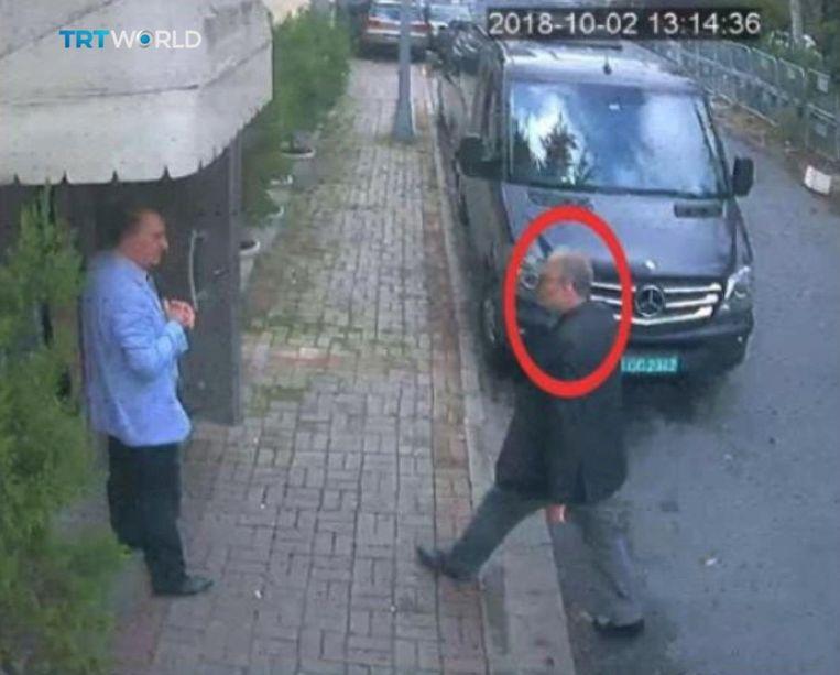 Beeld van een bewakingscamera zou hier de echte Jamal Khashoggi tonen op het moment dat hij het Saudische consulaat in Istanbul binnengaat. Vervolgens zou een man met nepbaard zijn gezien die in Khashoggi's kleren het pand aan de achterkant weer verliet. Beeld REUTERS
