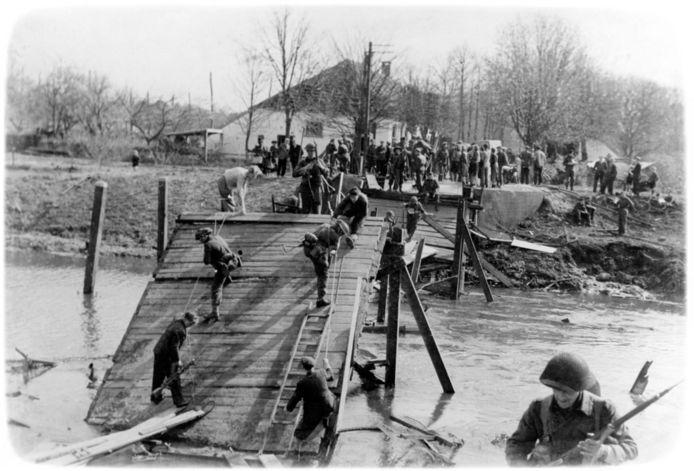 De brug over de Regge raakte bij het bombardement op 14 januari 1945 zwaar beschadigd, maar werd door de Duitsers gerepareerd. Bij de Canadese opmars bliezen de terugtrekkende Duitsers de Nieuwebrug op. Aan de overkant de boerderij van de familie Eggengoor.