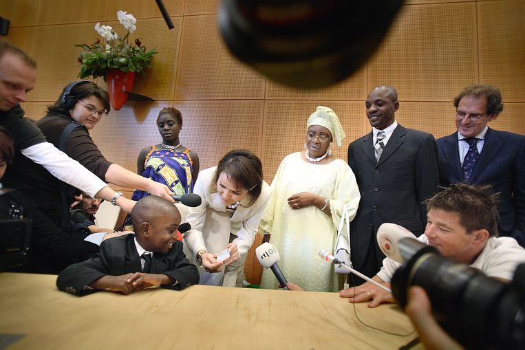 PvdA-staatssecretaris Nebahat Albayrak verstrekt in 2007 in het stadhuis van Den Bosch de eerste verblijfsvergunningen aan een gezin uit Congo. foto werry crone Beeld Werry Crone