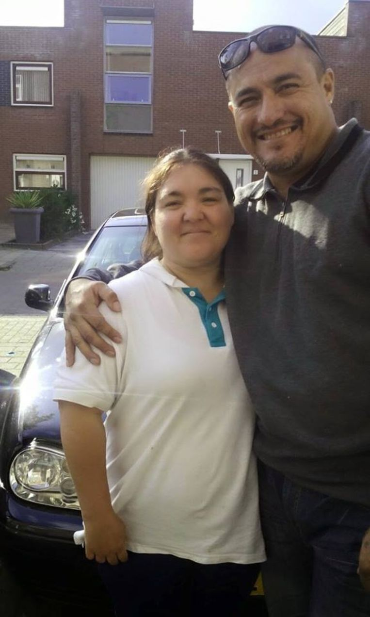Mitch Henriquez met een familielid op een Facebook-pagina. Beeld .