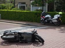 Auto en scooter botsen op elkaar bij kruising in Wehl