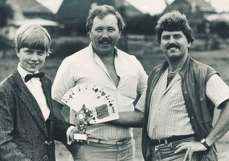 Hans Klok, in 1983, met zijn vader Klaas (midden) en illusionist Edwin Borsora.  Beeld Privéarchief Hans Klok