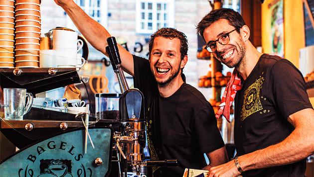 Laurens Dekkers (l) en Sietse va n den Berg, de win- naars va n de AD-koffietest 2013: 'Nooit concessies doen aan de kwaliteit.'