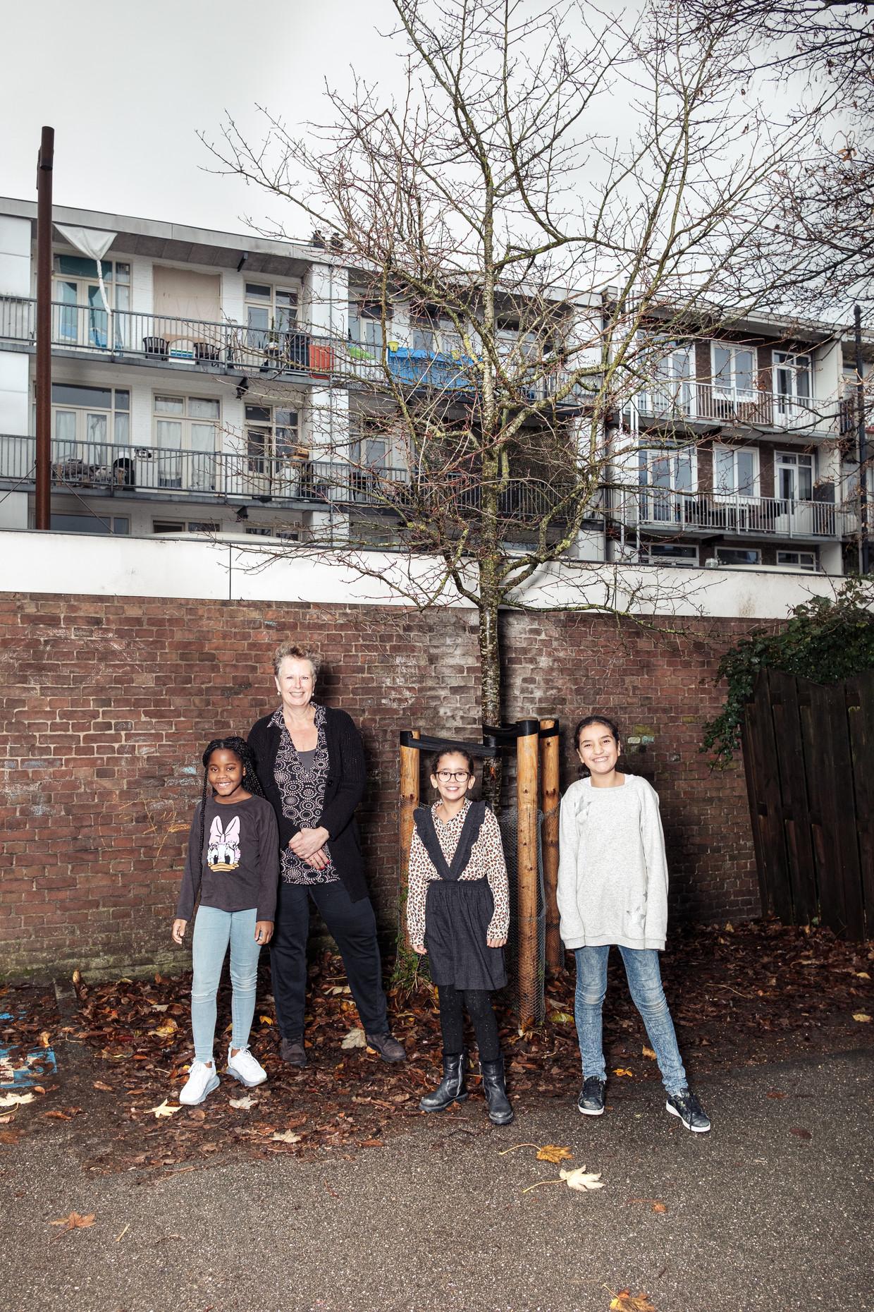 Schooldirecteur Madeleine Schoute en leerlingen van De Meidoorn. 'De kinderen leren nu dat er ook een boom met die naam bestaat.' Beeld Jakob van Vliet
