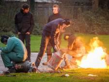 Ook zonder hun huisjes gaan jongeren in Sint Jansklooster gewoon door met carbidschieten