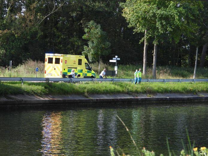 Een ambulance werd langs de kant paraat gehouden.