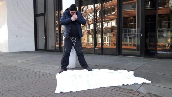 Arie den Dekker, vastgeketend aan een paal bij het Osse gemeentehuis