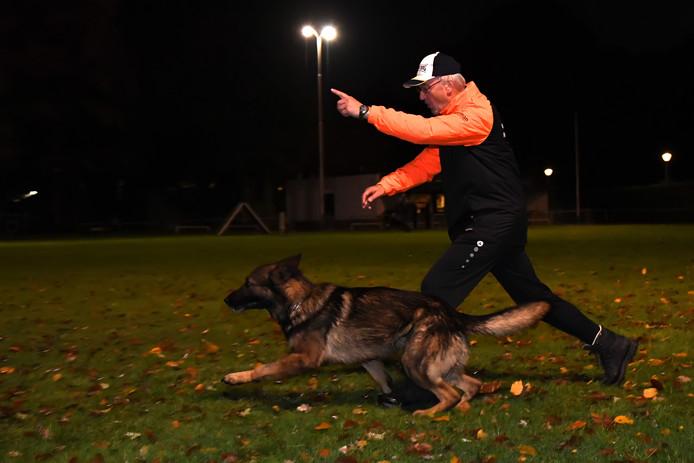 Tilburger Hans Kerckhof traint met zijn hond Tibo in de voorbereiding op de interland tegen België.