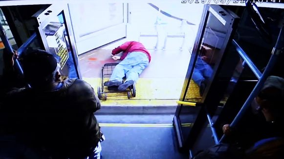 De 74-jarige man stierf nadat de vrouw hem van de bus duwde.